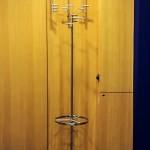 Foto: Bernd H. aus Biel - individuellen T1 Kleiderständer mit Schirmständer und im Hintergrund T3 von PHOS Design