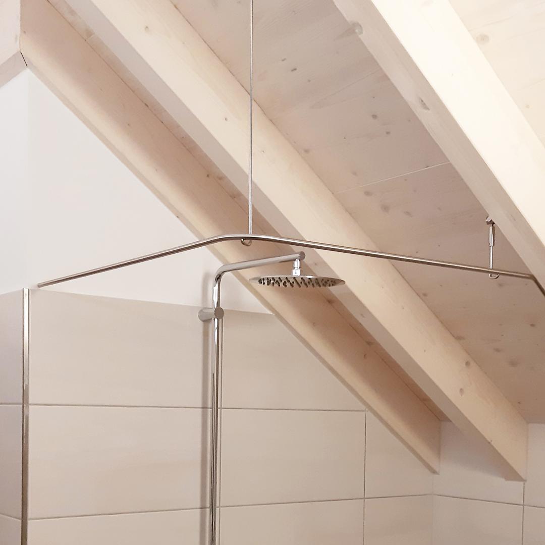 Individuelle Duschvorhangstange an Dachschräge