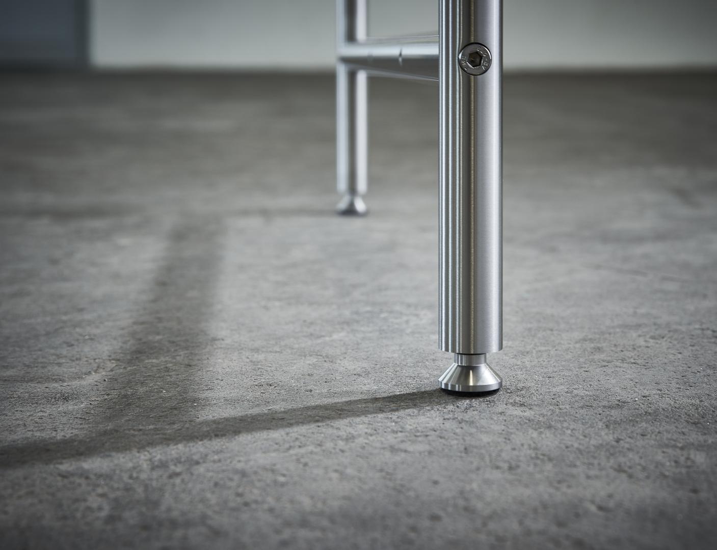 Karlsruher Tisch K1 – Detail: verstellbare Tischfüße mit Filzgleitern