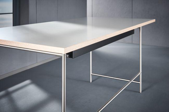 Zubehör: Kabelkanal KATI-KK montiert am Schreibtisch