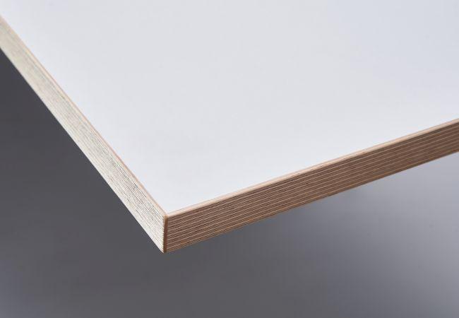 Melaminbeschichtung matt weiß, mit Birken-Echtholz-Multiplex-Dekorkante